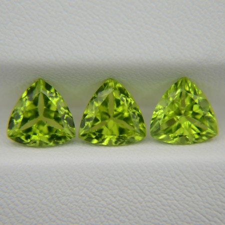 Комплект хризолитов - триллионы 8х8 мм, 6,09 карата ($91,00)